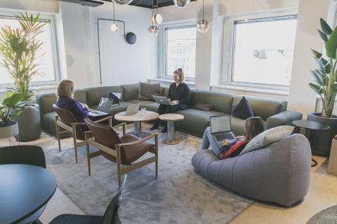 Vihreä sohva ja diskopallot Lamian toimistolla